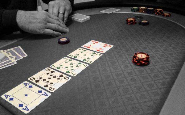 gambling-table-chips-poker-76865-e1534895261684